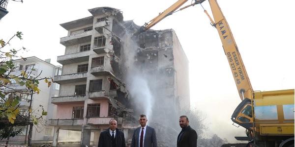 Photo of Gölcük'te orta hasarlı binalar yıkılıyor