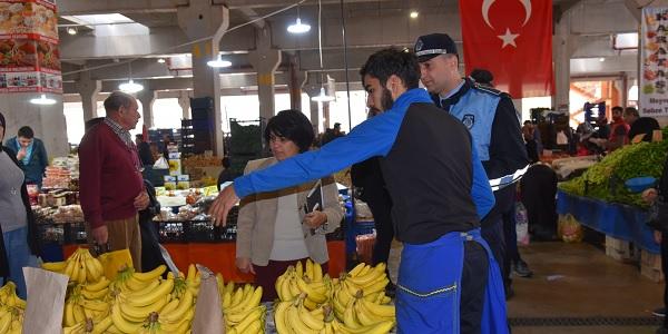 Photo of Sibel Solakoğlu Perşembe Pazarında esnafın sorunlarını dinledi