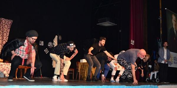 Photo of Hiperaktif Tiyatro oyuncularının performansına izleyici